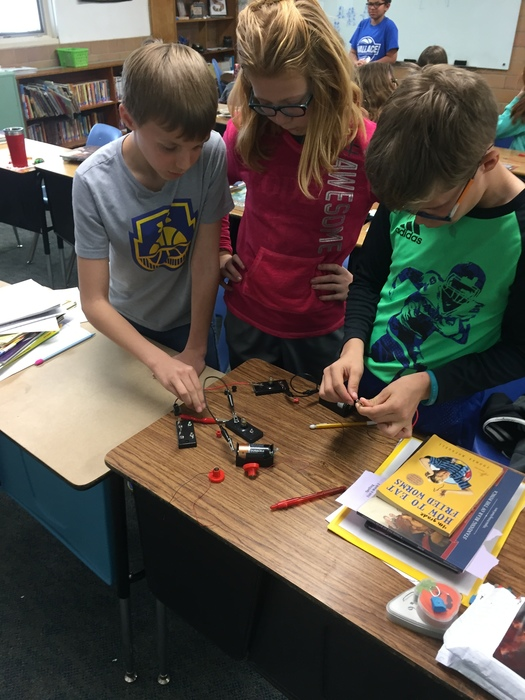4th graders learning about series circuits and parallel circuits